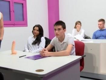 Dos nuevos alumnos de 18 y 20 añitos se apuntan a nuestra escuela: clases de recuperación de inglés.